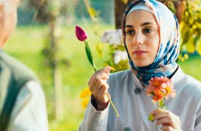 H Οϊκου Καραγιέλ πρωταγωνιστεί στο «Εthos», την τουρκική μίνι σειρά του Netflix
