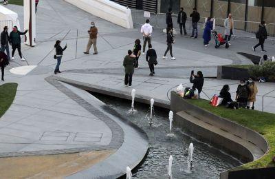 Με το άνοιγμα της πλατείας ανήμερα της Πρωτοχρονιάς πολλοί έσπευσαν να φωτογραφίσουν το φαντασμαγορικό έργο της Ζαχά Χαντίτ