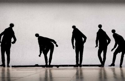 Το νέο έργο του διεθνούς Έλληνα χορογράφου, μας προσανατολίζει προς μια πηγή φωτός, δίνοντάς μας το έναυσμα να ισορροπήσουμε για να μη χαθούμε
