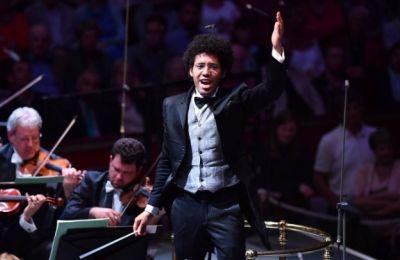 Μαθήτευσε στη διεύθυνση ορχήστρας με τους Κλαούντιο Αμπάντο, Ντάνιελ Μπάρενμποϊμ και Λόριν Μάαζελ (Φωτογραφία από το Facebook του Ραφαέλ Παγιαρέ)