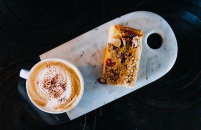 10 delivery επιλογές για καφέ και γλυκό στο σπίτι