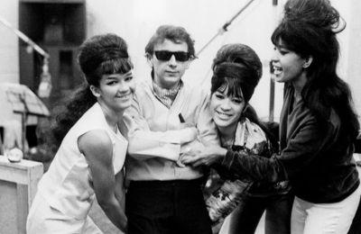 Ο Φιλ Σπέκτορ παρέα με τις Ronettes, το γυναικείο ποπ συγκρότημα από τη Νέα Υόρκη, που ανέδειξε μέσα από τις παραγωγές του