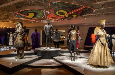 Στην έκθεση «Ruth E. Carter: Afrofuturism in Costume Design» παρουσιάζονται περισσότερες από 60 δημιουργίες της σχεδιάστριας αλλά και έργα του Sadler του οποίου τοιχογραφίες είδαμε στο «Black Panther»