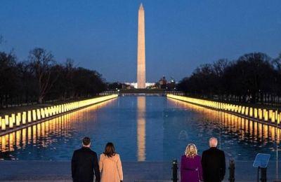 Συγκεντρώθηκαν στο National Mall στην Washington για ένα memorial που τιμά και θυμάται τις περισσότερες από 400.000 Αμερικάνικες ζωές που χάθηκαν λόγω της πανδημίας μέχρι στιγμής