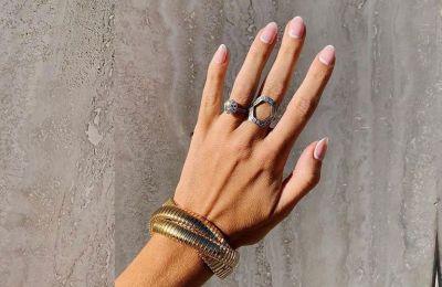 Σύμφωνα με τους nail experts πάντως, το ιδανικό σχήμα για τις περισσότερες γυναίκες για να φαίνονται τα δάχτυλα πιο μακριά είναι το οβάλ