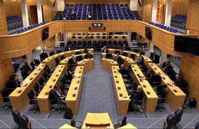Πρ. Επιτροπής Θεσμών: «Μην πυροβολείτε τον κοινοβουλευτισμό»