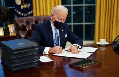 Ο νέος πρόεδρος των ΗΠΑ Τζο Μπάιντεν υπέγραψε τα πρώτα εκτελεστικά διατάγματα που καταργούν, μεταξύ άλλων, σκληρές πολιτικές του προκατόχου του.
