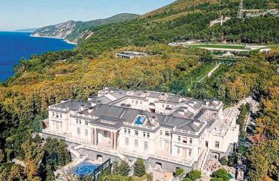 Το «Ιδρυμα κατά της Διαφθοράς» του Ναβάλνι παρουσίασε «τη μεγαλύτερη έρευνα που έχει γίνει ως τώρα», σύμφωνα με την οποία το κτίριο, που βρίσκεται στη ρωσική ακτή της Μαύρης Θάλασσας, κόστισε 1,4 δισ.