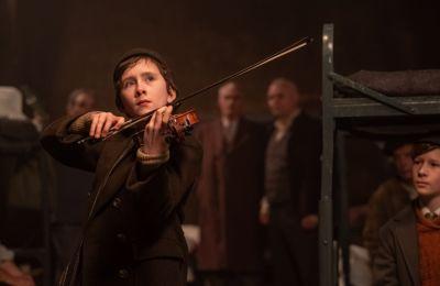 Οι υποψήφιοι για Όσκαρ Τιμ Ροθ και Κλάιβ Όουεν πρωταγωνιστούν σε αυτή  την συγκλονιστική ταινία για την φρίκη του Ολοκαυτώματος, την φιλία, τον πόλεμο και την παγκόσμια γλώσσα της μουσικής