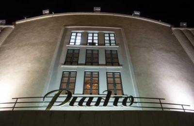Δημιουργείται η πλατφόρμα Rialto Theatre Live, η οποία θα μεταφέρει το ζωντανό του πρόγραμμα σε ψηφιακή μορφή, συνδυάζοντας την τεχνολογία με τις απαραίτητες συνθήκες δημιουργίας