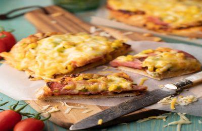 Αγαπάμε τη σπιτική πίτσα! Μια πίτσα που φτιάχνουμε σχεδόν κάθε βδομάδα. Σπιτική ζύμη, καλά υλικά και ποιοτικά τυριά.