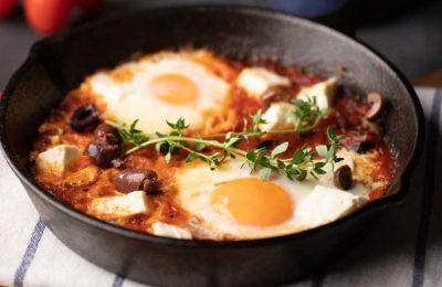 Αβγά με ντομάτα, τσίλι και φέτα