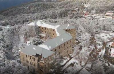 Σήμερα εστιάζουμε στο εντυπωσιακό βίντεο του πιλότου drone Σωτήρη Κουρτη, ο οποίος περιηγήθηκε στον Πρόδρομο, πάνω από το εγκαταλελειμμένο ξενοδοχείο Βερεγγάρια