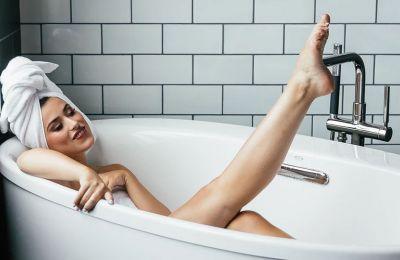 Μετά την απολέπιση, είναι σημαντικό να ενυδατώνετε το δέρμα σας με μια παχύρευστη κρέμα ή ένα λαδάκι για το σώμα