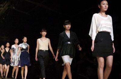 Οι διοργανωτές αποφάσισαν να μεταθέσουν την Εβδομάδα Μόδας με την ελπίδα περισσότερα brand, σχεδιαστές, καταναλωτές και εκπρόσωποι του Τύπου να ταξιδέψουν στη Σαγκάη με ασφάλεια