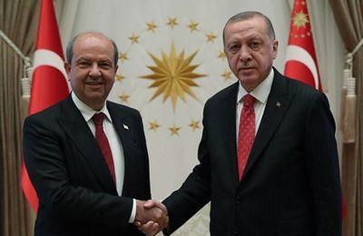 Δεξιά ο ηγέτης του ψευφδοκράτους Ερσίν Τατάρ, αριστερά ο πρόεδρος της Τουρκίας Ρετζέπ Ταγίπ Ερντογάν