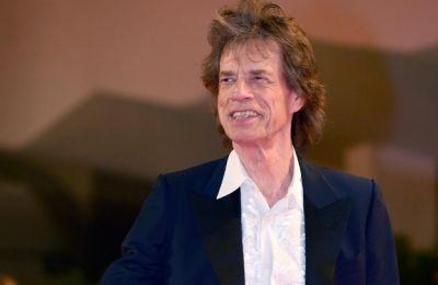 Ο αρχηγός των Rolling Stones, διαβάζει απόσπασμα από το ποίημα του Ουίσταν Ώντεν, «For Friends Only» στο κλιπ των 90 δευτερολέπτων το οποίο είναι μια συναισθηματική ματιά για τους λάτρεις της μουσικής