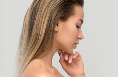 Το λάδι καρύδας είναι πλούσιο σε λιπαρά οξέα και έχει αντιφλεγμονώδη οφέλη ενώ το έλαιο μέντας βοηθά στην προώθηση της κυκλοφορίας του αίματος στο τριχωτό της κεφαλής