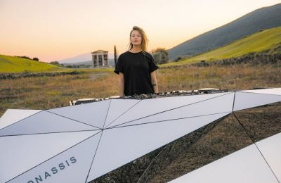 Η 28χρονη dj της techno Σαρλότ ντε Βίτε βρέθηκε στην αρχαία Μεσσήνη για ένα set που θα μεταδοθεί σήμερα βιντεοσκοπημένο