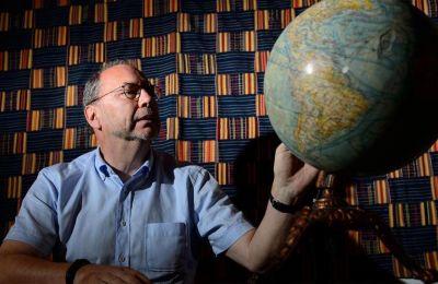 Ο βετεράνος Βέλγος μικροβιολόγος καθηγητής,Peter Piot έχει αφιερώσει τη ζωή του στην καταπολέμηση ιών