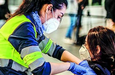 Aστυνομική υπάλληλος λαμβάνει το εμβόλιο της AstraZeneca κατά τη διάρκεια μαζικού εμβολιασμού στο στάδιο Wanda Metrpolitano της Μαδρίτης.