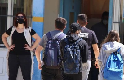 Μαθητές έχουν προσέλθει στο σχολείο τους έχοντας συμπτώματα, ενώ εκπαιδευτικοί βγάζουν τις μάσκες τα διαλείμματα διαπιστώνει η ομάδα ιχνηλάτησης.