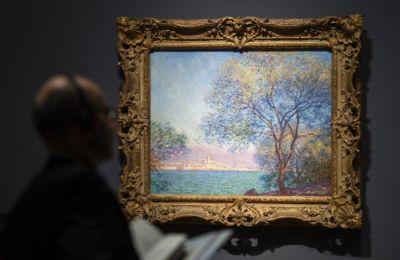 Η προβολή των μεγάλης κλίμακας έργων τέχνης συνοδεύεται από πλήρη μετατροπή της έκτασης 607 στρεμμάτων στον κήπο του Μονέ στο Ζιβερνύ με την αισθητική του Λιχτενστάιν
