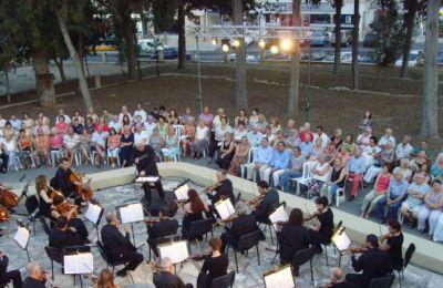 «Ως καθηγητές στη Συμφωνική Ορχήστρα Νέων Κύπρου, που ως θεσμός καλλιεργεί το ήθος και τον πολιτισμό, δεν μπορούμε να παρακολουθούμε αμέτοχοι αυτά τα δημοσιεύματα, τα οποία και καταδικάζουμε» τόνισαν