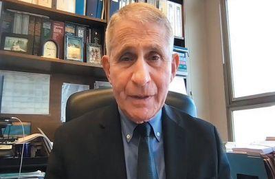 Ο δρ Αντονι Φάουτσι στο γραφείο του, από όπου μας παραχώρησε τη συνέντευξη μέσω ∆ιαδικτύου. Εχει εργαστεί δίπλα σε όλους τους Αμερικανούς προέδρους από τον Ρέιγκαν και μετά.
