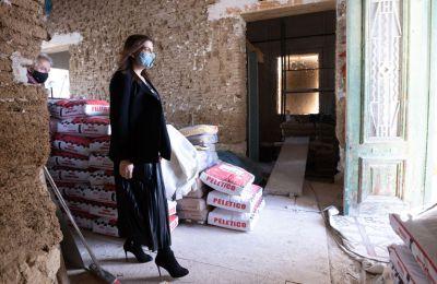 Η υπουργός Ενέργειας Νατάσα Πηλείδου ατενίζει αγέρωχα το οικοδομικό μας μέλλον ανεβασμένη σε δωδεκάποντα τακούνια στιλέτο.