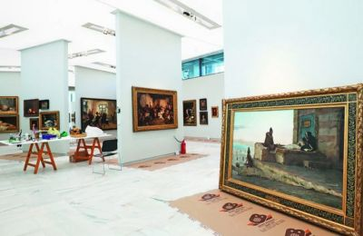 Τα μεγάλα πανό που έχουν τοποθετηθεί στις αίθουσες οδηγούν το βλέμμα των επισκεπτών και επιτρέπουν την παρουσίαση μεγάλων μνημειακών έργων. Φωτογραφίες: ΝΙΚΟΣ ΚΟΚΚΑΛΙΑΣ