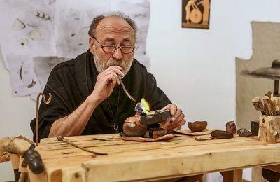 Ο Ακης Γκούμας, δημιουργός σύγχρονων εικαστικών κοσμημάτων και ερευνητής αρχαίων τεχνικών χρυσοχοΐας και μεταλλοτεχνίας, επί το έργον