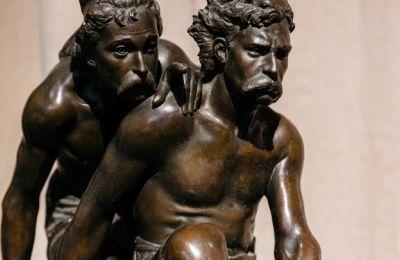 Την έκθεση πλαισιώνουν ευρωπαϊκές, φιλελληνικές, καλλιτεχνικές δημιουργίες, καθώς και έργα Ελλήνων καλλιτεχνών εμπνευσμένα από θέματα της αρχαιότητας