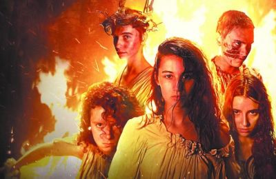 Άρτια ατμόσφαιρα και πειστικές ερμηνείες στην ισπανικής παραγωγής ταινία του Netflix «Η σύναξη»