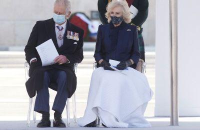 Η Δούκισσα για αυτή της την chic εμφάνιση επέλεξε σκούρο μπλε φόρεμα και παλτό στο ίδιο χρώμα με lace λεπτομέρειες. Ολοκλήρωσε το σύνολο της με Chanel τσάντα και κλασικές Two Tone γόβες Chanel