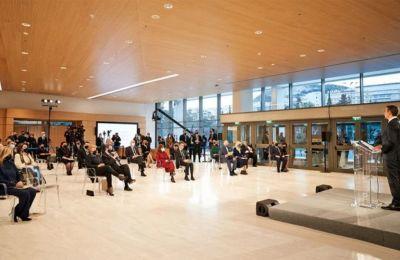 Οι προσκεκλημένοι, καθισμένοι σε αυστηρές αποστάσεις ανά δυάδες, παρακολούθησαν τις σύντομες ομιλίες στον χώρο υποδοχής της ανακαινισμένης Πινακοθήκης