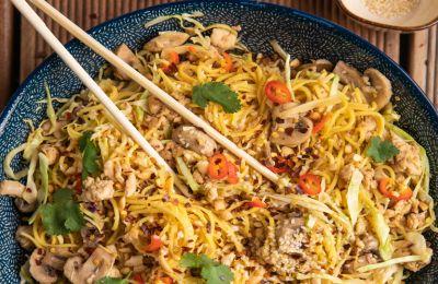 Πικάντικα noodles με σουσάμι, κοτόπουλο και τζίντζερ
