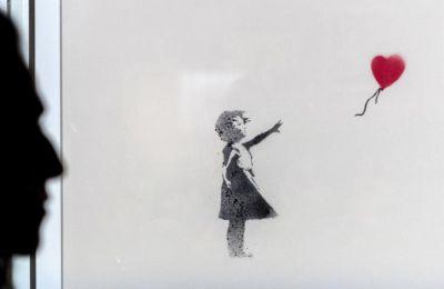 Τα εν πολλοίς μαυρόασπρα σκίτσα, παιχνιδιάρικα και με χιούμορ, τοποθετούν σε νοηματικό πλαίσιο την επίδραση του Banksy και τη μυστηριώδη φήμη του ως αμετανόητου με τρόπο κατάλληλο για παιδιά