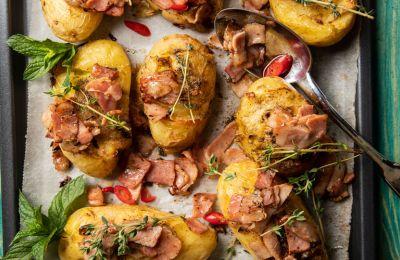 Τραγανές πατάτες με σάλτσα μπέικον