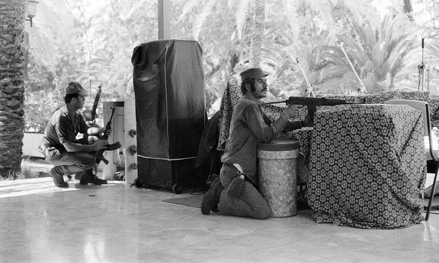 Ελληνοκύπριοι στρατιώτες μέσα στο ξενοδοχείο Λήδρα Πάλας κατά τη διάρκεια της τουρκικής εισβολής, 22 Ιουλίου 1974