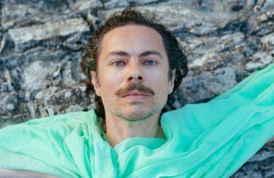 Το «I Am Love» είναι ο ακόλουθος του single «Gold» (2020), καθώς και του ντεμπούτου δίσκου του σαν Freedom Candlamaker από το 2019 «Beaming Light». (Christos Hadjichristou)