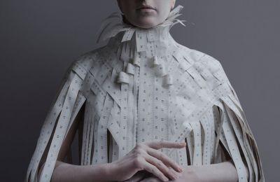 Η Έφη Σπύρου εστιάζει στην πολιτική οικονομία του γυναικείου σώματος στον χώρο της μόδας και του έργου τέχνης στους οίκους δημοπρασιών