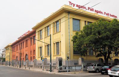 Η εγκατάσταση του Νίκου Ναυρίδη «Try again. Fall again. Fall better» εκτίθεται στη στέγη του πρώην Δημόσιου Καπνεργοστασίου στην οδό Λένορμαν