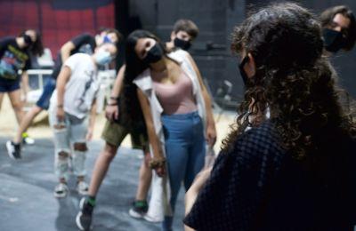 Το εργαστήριο θα επικεντρωθεί στη μελέτη σκηνών από σύγχρονα έργα για εφήβους, δίνοντας έμφαση τόσο στην υποκριτική όσο και στη θεατρική κίνηση και τη λειτουργία της αναπνοής