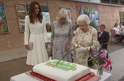 Ο εκπρόσωπος της μοναρχίας στην Κορνουάλη, Edward Bolitho, έδωσε στην βασίλισσα ένα ξίφος για να κόψει την μεγάλη τούρτα και η βασίλισσα αρνήθηκε να χρησιμοποιήσει οτιδήποτε άλλο εκτός απ' αυτό