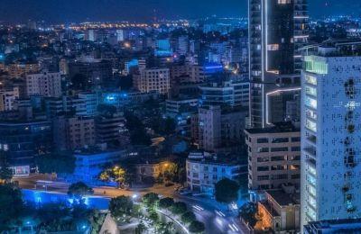 Την ημέρα είναι ένα ιδιαίτερο αρχιτεκτονικό έργο που μαζεύει κόσμο για βόλτα ή φωτογραφίες, ενώ την νύχτα με τα πολύχρωμα φώτα αλλάζει εντελώς ύφος