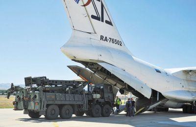 Πύραυλοι S-400 κατά την άφιξή τους στην Αγκυρα. Το ρωσικό αντιαεροπορικό σύστημα συνεχίζει να αποτελεί σημείο τριβής μεταξύ ΗΠΑ και Τουρκίας.