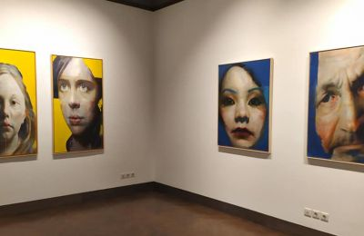 Η Evripides Art Gallery στην Αθήνα εγκαινίασε τις εκθέσεις των δύο Κύπριων καλλιτεχνών δείχνοντας την συνύπαρξη της ζωγραφικής και φωτογραφίας στον ίδιο χώρο