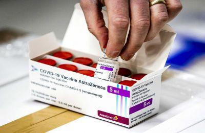 Εμβολιασμοί: Τι λένε οι ειδικοί για AstraΖeneca και δεύτερη δόση