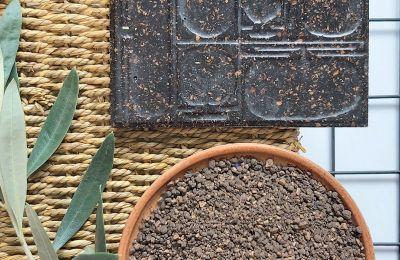 Διακοσμητικά πλακίδια για μικρές και μεγάλες επιφάνειες, χρηστικά είδη και έπιπλα μπορούν να κατασκευαστούν από το κουκούτσι της ελιάς (φωτ. KOUKOS DE LAB)
